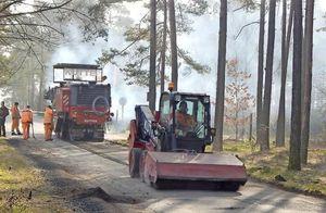 Innerhalb nur weniger Tage ist in dieser Woche die Zufahrtsstraße zum Ferienhaus- und Campingpark in Zaue saniert worden. Auftraggeber war die Gemeinde Schwielochsee. Foto: TEG Lieberose/Oberspreewald mbH